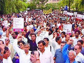 DUTA members protesting against the UGC directives on increasing the workload of teachers. September 11, 2002